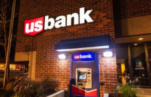 Oregon woman fired from bank job after giving struggling man $20 to get home for Christmas: report