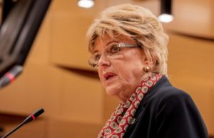 Las Vegas mayor's proposed 'gamble' for reopening economy denounced by county commissioner